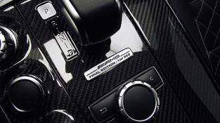 Mercedes-Benz_SLS_AMG_GT_Roadster_Final_Edition_Cockpit_Schaltkulisse_Plakette_1of350