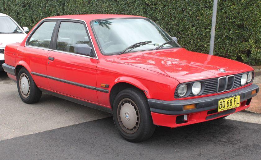 1990_BMW_318i_(E30)_2-door_sedan_(22028060738)