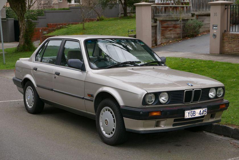 1990_BMW_318i_(E30)_4-door_sedan_(2015-07-09)_01