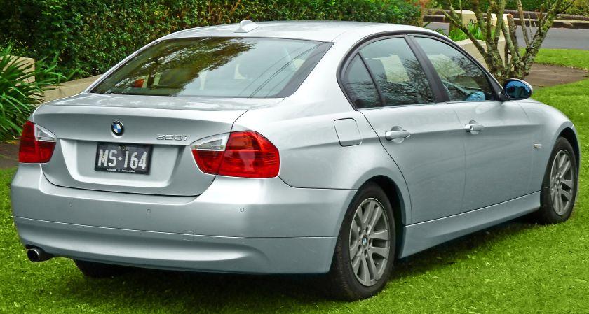 2005-2008_BMW_320i_(E90)_sedan_(2011-07-17)_02