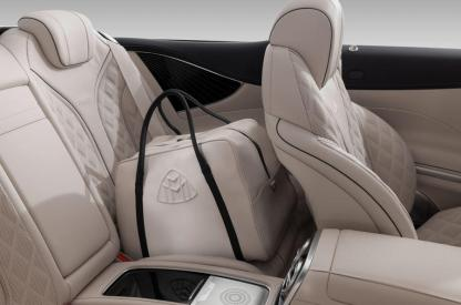 "Mercedes-Maybach S 650 Cabriolet, Interior, Fluss der Linien, Rautensteppung, mit exklusivem ""THE AFFINITY"" Ledertaschenset; Kraftstoffverbrauch kombiniert: 12,0 l/100 km; CO2-Emissionen kombiniert: 272 g/km // Mercedes-Maybach S 650 Cabriolet, interior , flowing lines, outer diamond quilting with exclusive travel luggage set ""THE AFFINITY""; Fuel consumption combined: 12,0 l/100 km; Combined CO2 emissions: 272 g/km"