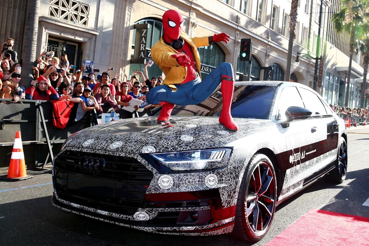 """Audi A8 disfarçado aparece como convidado surpresa na estreia mundial de """"Homem-Aranha: De Volta aoLar"""""""