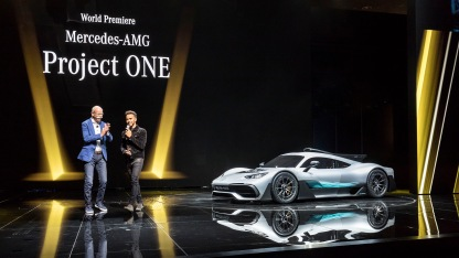 Dr. Dieter Zetsche, Vorstandsvorsitzender der Daimler AG und Leiter Mercedes-Benz Cars, und der dreifache Formel 1-Weltmeister Lewis Hamilton stellen das Showcar Mercedes-AMG Project ONE vor. Dr. Dieter Zetsche, Chairman of the Board of Management of Daimler AG and Head of Mercedes-Benz Cars, and the three-time world champion of the Formula 1, Lewis Hamilton, present the show car Mercedes-AMG Project ONE.