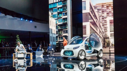 Das Showcar smart vision EQ fortwo verzichtet als erstes Personenfahrzeug des Daimler Konzerns auf Lenkrad und Pedale. Wie kein anderes steht es für die Unternehmensstrategie CASE: Vernetzung (Connected), autonomes Fahren (Autonomous), flexible Nutzung (Shared & Services) und elektrische Antriebe (Electric). The showcar smart vision EQ fortwo dispenses with steering wheel and pedals as the first passenger vehicle of the Daimler group. Unlike any other car before, it stands for the corporate strategy CASE: Connected, Autonomous, Shared & Services and Electric.