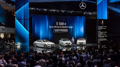 Mercedes-Benz Cars auf der IAA 2017: Dr. Dieter Zetsche, Vorsitzender des Vorstands der Daimler AG und Leiter Mercedes-Benz Cars, präsentiert das neue S-Klasse Coupé und Cabriolet sowie den Mercedes-Benz S 560 e, das neue Flaggschiff im Plug-in-Hybrid-Portfolio.;Kraftstoffverbrauch kombiniert: 2,1 l/100 km; CO2-Emissionen kombiniert: 49 g/km; Stromverbrauch gewichtet: 15,5 kWh/100 km* Mercedes-Benz at the IAA 2017: Dr. Dieter Zetsche, Chairman of the Board of Management of Daimler AG and Head of Mercedes-Benz Cars, presents the new S-Class Coupé and Cabriolet as well as the Mercedes-Benz S 560 e, the new flagship in the plug-in hybrid lineup.;Combined fuel consumption: 2.1 l/100 km; combined CO2 emissions: 49 g/km; weighted electricity consumption: 15.5 kWh/100 km*