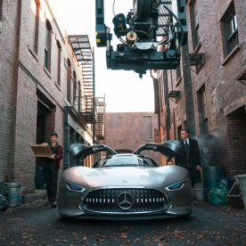 Für den Mercedes-Benz AMG Vision Gran Turismo hat das Mercedes-Benz Designteam für den Film JUSTICE LEAGUE ein visionäres Interieur entwickelt. Der Innenraum umfasst beleuchtete Elemente, Rennsitze und einen virtuellen Armaturenbrettabschnitt. Copyright: Clay Enos/Warner Bros. Pictures; JUSTICE LEAGUE and all related characters and elements TM & © DC and Warner Bros. Entertainment Inc. For JUSTICE LEAGUE production purposes, the Mercedes-Benz AMG Vision Gran Turismo has a fleshed-out interior with illuminated elements, racing seats and a virtual dashboard section. Filming required the whole vehicle to be enlarged to 110% compared to its predecessor, in order to accommodate seating the impressive 1,90 m height of Bruce Wayne. Copyright: Clay Enos/Warner Bros. Pictures; JUSTICE LEAGUE and all related characters and elements TM & © DC and Warner Bros. Entertainment Inc.