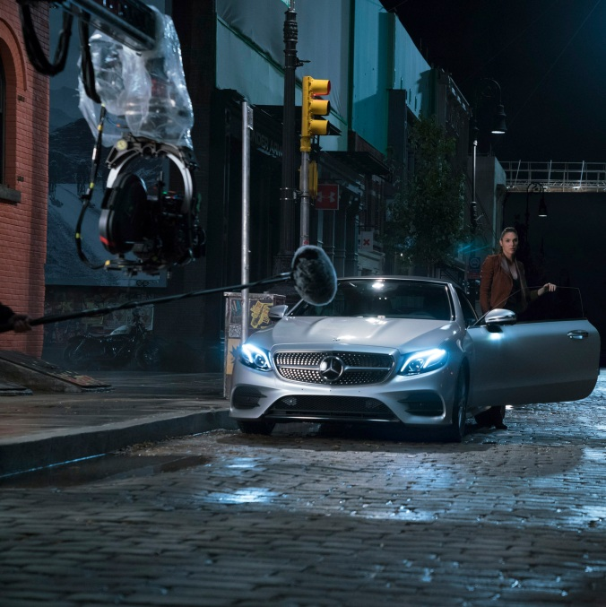 Das Mercedes-Benz E-Klasse Cabriolet hat als Fahrzeug von Diana Prince seine Leinwand-Premiere. Besser bekannt als Superheldin Wonder Woman ist Diana mit dem Wagen E-Cabrio auf ihrer Fahrt zu Victor Stone alias Cyborg unterwegs. Copyright: Clay Enos/Warner Bros. Pictures; JUSTICE LEAGUE and all related characters and elements TM & © DC and Warner Bros. Entertainment Inc. The Mercedes-Benz E-Class Cabriolet premiers on the silver screen as the vehicle driven by Diana Prince. Better known to the world through her Super Hero identity, Wonder Woman, Diana takes the E-Class Cabriolet for a ride on a mission to speak with Victor Stone, aka Cyborg. Copyright: Clay Enos/Warner Bros. Pictures; JUSTICE LEAGUE and all related characters and elements TM & © DC and Warner Bros. Entertainment Inc.