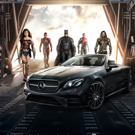 Der automobile Star des Kampagnenmotivs für Print, Online und OOH ist das neue Mercedes-Benz E-Klasse Cabriolet, das seinen Auftritt inmitten der Mitglieder der JUSTICE LEAGUE hat. Copyright: Clay Enos/Warner Bros. Pictures; JUSTICE LEAGUE and all related characters and elements TM & © DC and Warner Bros. Entertainment Inc. The automotive star of the campaign motif for print, online and OOH is the new Mercedes-Benz E-Class Cabriolet, as it makes an appearance surrounded by members of DC's iconic League. Copyright: Clay Enos/Warner Bros. Pictures; JUSTICE LEAGUE and all related characters and elements TM & © DC and Warner Bros. Entertainment Inc.