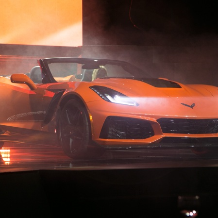 2019-Chevrolet-Corvette-ZR1-front-side-view-on-stage-1
