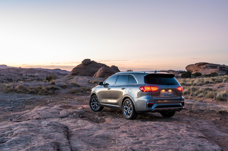 2019-Kia-Sorento-rear-side-view-lights-on