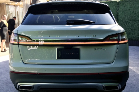 2019-lincoln-nautilus-live-rear-view