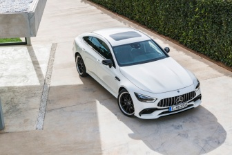 Mercedes-AMG GT 53 4MATIC+ 4-Türer Coupé, AMG Night-Paket, Exterieur: Außenfarbe: designo diamantweiß bright, Rad: AMG Schmiederad im Vielspeichen-Design, Farbvariante schwarz;Kraftstoffverbrauch kombiniert: 9,1 l/100 km; CO2-Emissionen kombiniert: 209 g/km* (vorläufige Daten) Mercedes-AMG GT 53 4MATIC+ 4-Door Coupé, AMG Night-packet, Exterior: Exterior paint: designo diamond white bright, Wheel: AMG Performance wheels in several crossing design, colour variation black;Fuel consumption combined: 9.1 l/100 km; CO2 emissions combined: 209g/km* (provisional data)