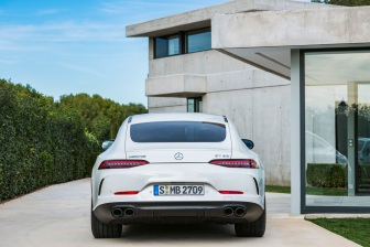 Mercedes-AMG GT 53 4MATIC+ 4-Türer Coupé, AMG Night-Paket, Exterieur: Außenfarbe: designo diamantweiß bright, Farbvariante schwarz ;Kraftstoffverbrauch kombiniert: 9,1 l/100 km; CO2-Emissionen kombiniert: 209 g/km* (vorläufige Daten) Mercedes-AMG GT 53 4MATIC+ 4-Door Coupé, AMG Night-packet, Exterior: Exterior paint: designo diamond white bright, colour variation black;Fuel consumption combined: 9.1 l/100 km; CO2 emissions combined: 209g/km* (provisional data)