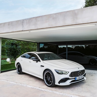 Mercedes-AMG GT 53 4MATIC+ 4-Türer Coupé, AMG Night-Paket, Exterieur: Außenfarbe: designo diamantweiß bright, Rad: AMG Schmiederad im Vielspeichen-Design, Farbvariante schwarz;Kraftstoffverbrauch kombiniert: 9,1 l/100 km; CO2-Emissionen kombiniert: 209 g/km* (vorläufige Daten) Mercedes-AMG GT 53 4MATIC+ 4-Door Coupé, AMG Night-packet, Exterior: Exterior paint: designo diamond white bright, Wheel: AMG Performance wheels in several crossing design, colour variation black;Fuel consumption combined: 9.1 l/100 km; CO2 emissions combined: 209g/km* (provisional data)