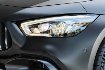 Mercedes-AMG GT 63 S 4MATIC+ 4-Türer Coupé, AMG Carbon-Paket, Mercedes-AMG GT 63 S 4MATIC+ 4-Türer Coupé, AMG Carbon-Paket, Exterieur: Scheinwerfer, Außenfarbe: Graphitgrau magno;Kraftstoffverbrauch kombiniert: 11,2 l/100 km; CO2-Emissionen kombiniert: 256 g/km* (vorläufige Daten) Mercedes-AMG GT 63 S 4MATIC+ 4-Door Coupé, AMG Carbon-packet, Exterior: Headlight, Exterior paint: graphite grey magno, colour variation black;Fuel consumption combined: 11,2 l/100 km; CO2 emissions combined: 256 g/km* (provisional data)